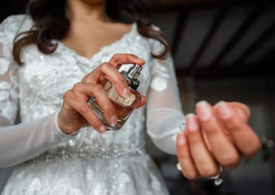 Bride-spraying-her-perfume