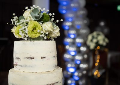 wedding-cake-with-ballons-behind
